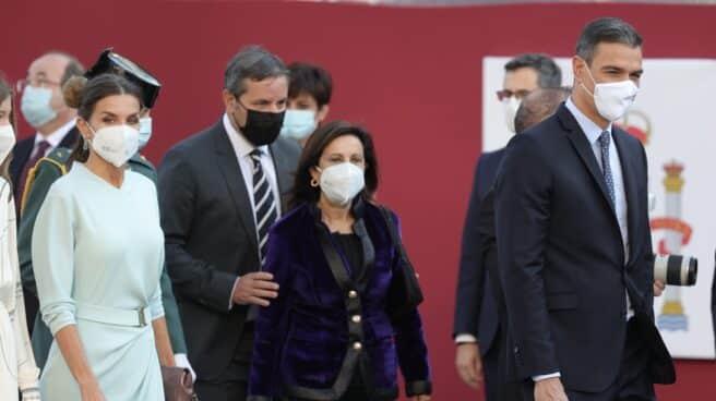 La reina Letizia, la ministra Margarita Robles y el presidente del Gobierno, Pedro Sánchez, en el desfile del 12 de octubre.