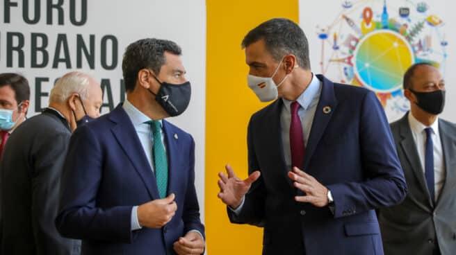 El presidente del Gobierno, Pedro Sánchez , conversa a la llegada al Palacio de Congreso con el presidente de la Junta, Juanma Moreno.