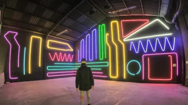 Neon Spidertag junto a su obra Interactive Neon Mural #10 INM#10 (en Lyon, Francia 2020) para el Festival Peinture Fraiche