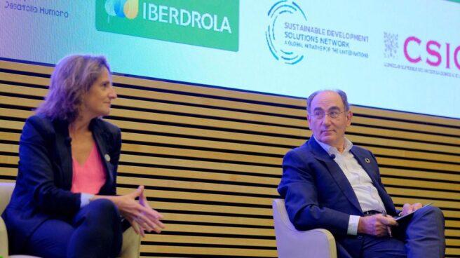 La vicepresidenta Teresa Ribera junto a Ignacio Galán, presidente de Iberdrola.