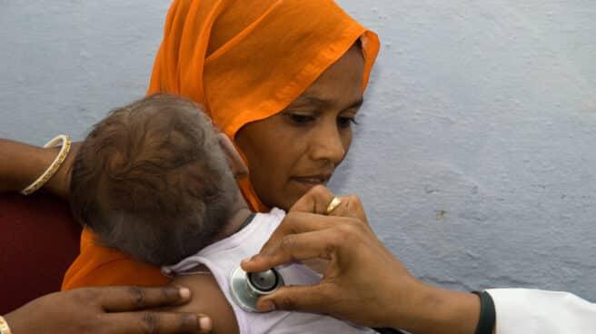 chequeo de tuberculosis a un bebé en la India