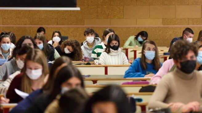 Estudiantes en una clase de universidad