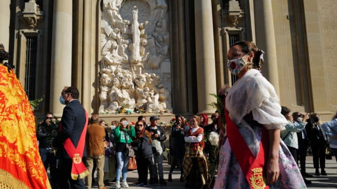 """Una mujer vestida de """"maña"""" en las inmediaciones de la Basílica del Pilar, donde hoy se realiza la tradicional ofrenda de flores a la Virgen del Pilar el día de su festividad"""