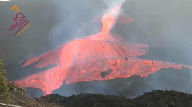 Imagen de la colada de lava en el momento en el que ha desbordado el cono principal