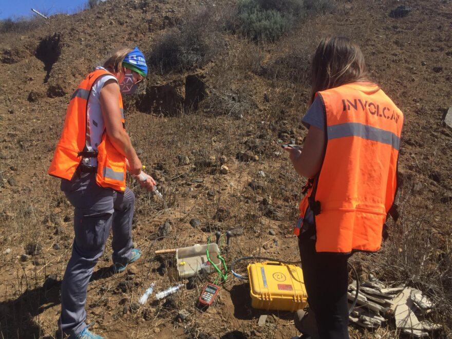 Beverley Coldwell, junto a una compañera de Involcan, tomando muestras en La Palma